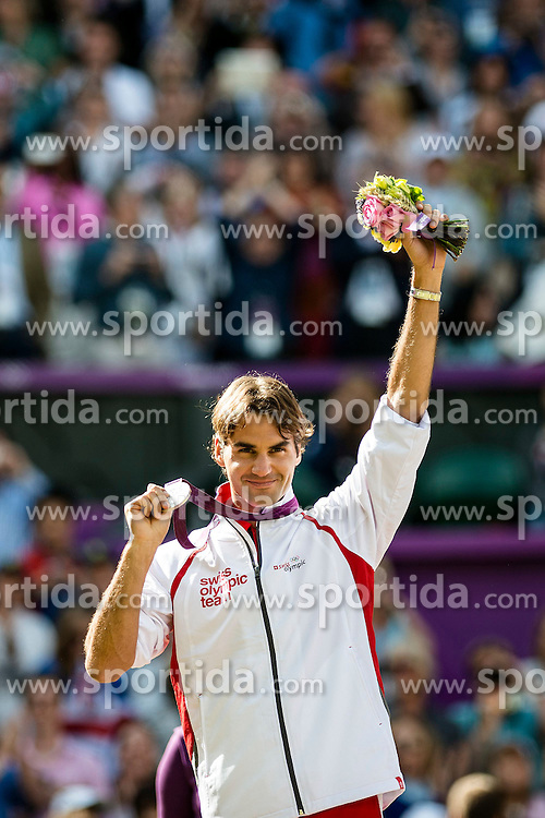 05.08.2012, Wimbledon, London, GBR, Olympia 2012, Tennis, Herren Finale, im Bild Roger Federer (SUI) an der Siegerehrung mit der Silbermedaille // during Tennis Mens Final, at the 2012 Summer Olympics at Wimbledon, London, United Kingdom on 2012/08/05. EXPA Pictures © 2012, PhotoCredit: EXPA/ Freshfocus/ Valeriano Di Domenico..***** ATTENTION - for AUT, SLO, CRO, SRB, BIH only *****