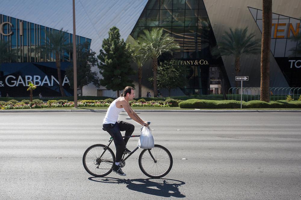 In Las Vegas rijdt een man op een fiets over de Las Vegas Boulevard.<br /> <br /> A man is cycling on a bike at the Las Vegas Boulevard.