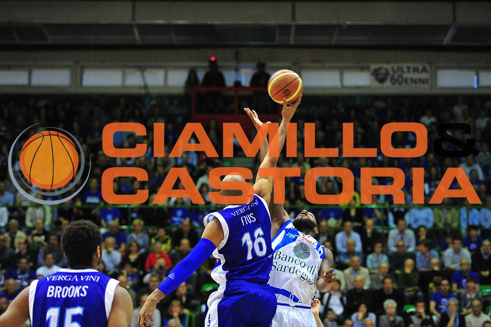 DESCRIZIONE : Sassari Lega A 2012-13 Dinamo Sassari Lenovo Cant&ugrave; Quarti di finale Play Off gara 2<br /> GIOCATORE : Tony Easley<br /> CATEGORIA : Palla a due<br /> SQUADRA : Dinamo Sassari<br /> EVENTO : Campionato Lega A 2012-2013 Quarti di finale Play Off gara 2<br /> GARA : Dinamo Sassari Lenovo Cant&ugrave; Quarti di finale Play Off gara 2<br /> DATA : 11/05/2013<br /> SPORT : Pallacanestro <br /> AUTORE : Agenzia Ciamillo-Castoria/M.Turrini<br /> Galleria : Lega Basket A 2012-2013  <br /> Fotonotizia : Sassari Lega A 2012-13 Dinamo Sassari Lenovo Cant&ugrave; Play Off Gara 2<br /> Predefinita :