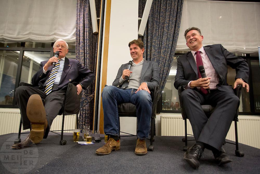 VVD-coryfee Hans Wiegel (l) en SP-voorman Emiel Roemer (r) worden geinterviewd door Twan Huys over de relatie tussen journalistiek en politiek. In Nieuwspoort in Den Haag is de zevende Nacht van de Journalistiek gehouden. Tijdens de Nacht van de Journalistiek kunnen jonge journalisten en studenten kennis opdoen tijdens lezingen, workshops en masterclasses van ervaren journalisten. Het jaarlijkse evenement is een initiatief van Vers in de Pers, de jongerensectie van de NVJ (Nederlandse Vereniging van Journalisten).