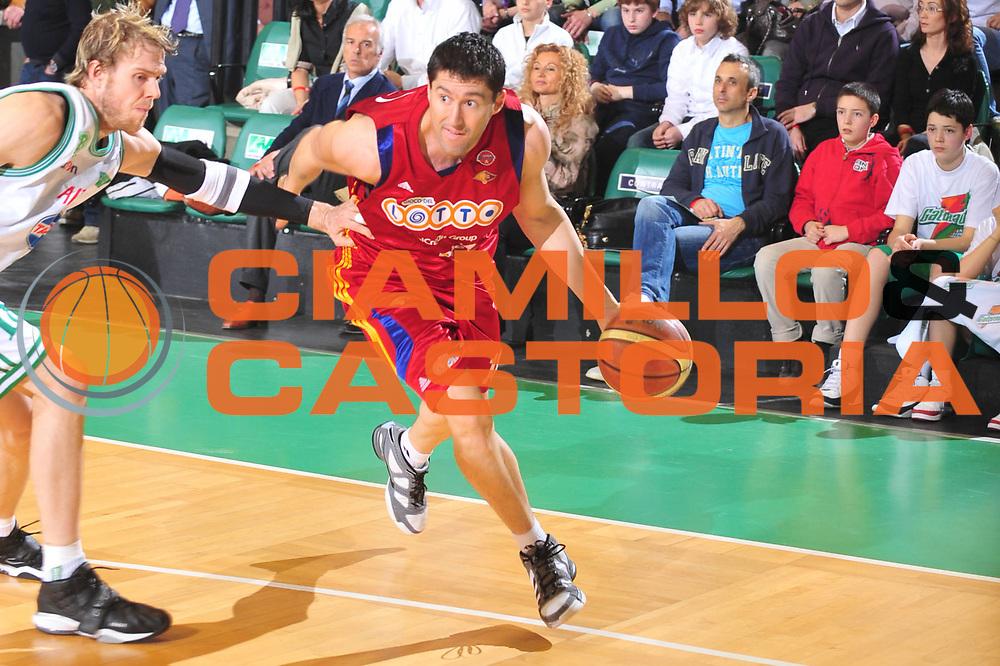 DESCRIZIONE : Treviso Lega A 2008-09 Benetton Treviso Lottomatica Virtus Roma<br /> GIOCATORE : Roberto Gabini<br /> SQUADRA : Lottomatica Virtus Roma <br /> EVENTO : Campionato Lega A 2008-2009 <br /> GARA : Benetton Treviso Lottomatica Virtus Roma<br /> DATA : 08/04/2009 <br /> CATEGORIA : Palleggio<br /> SPORT : Pallacanestro <br /> AUTORE : Agenzia Ciamillo-Castoria/M.Gregolin