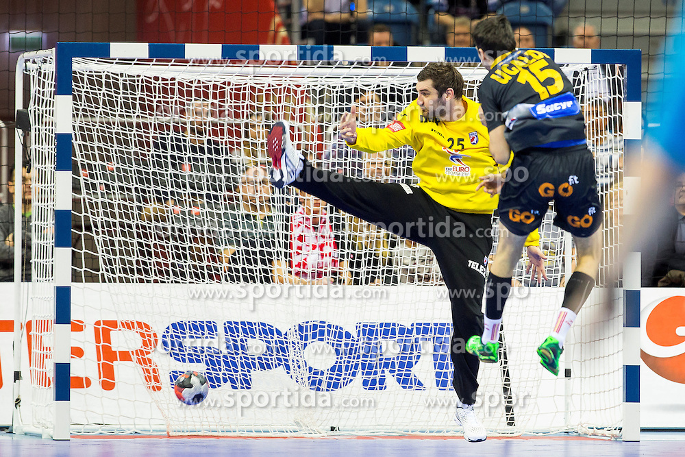29.01.2016, Tauron Arena, Krakau, POL, EHF Euro 2016, Spanien vs Kroatien, Halbfinale, im Bild Christian Ugalde (Nr. 15, MKB Veszprem KC) im Konter gegen Mirko Alilovic (Nr. 25, MKB Veszprem) // during the 2016 EHF Euro half final match between Spain and Kroatia at the Tauron Arena in Krakau, Poland on 2016/01/29. EXPA Pictures &copy; 2016, PhotoCredit: EXPA/ Eibner-Pressefoto/ KOENIG<br /> <br /> *****ATTENTION - OUT of GER*****