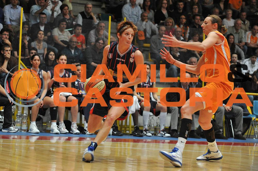 DESCRIZIONE : Schio LBF Playoff Finale Gara 2 Famila Wuber Schio Cras Basket Taranto<br /> GIOCATORE : Marie Mahoney<br /> SQUADRA : Famila Wuber Schio Cras Basket Taranto<br /> EVENTO : Campionato Lega Basket Femminile A1 2010-2011<br /> GARA : Famila Wuber Schio Cras Basket Taranto<br /> DATA : 03/05/2011 <br /> CATEGORIA : Palleggio<br /> SPORT : Pallacanestro <br /> AUTORE : Agenzia Ciamillo-Castoria/M.Gregolin<br /> Galleria : Lega Basket Femminile 2010-2011<br /> Fotonotizia : Schio LBF Playoff Finale Gara 2 Famila Wuber Schio Cras Basket Taranto<br /> Predefinita :
