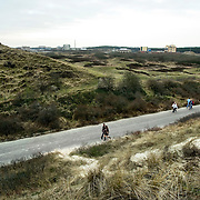 Nederland Petten 7 maart 2009 20090307 Foto: David Rozing ..Kerncentrale Petten, wandelaars in duinlandschap. Nuclear reactor for the production of medical isotopes to treat cancer. Nucleaire onderzoeksreactor, de snelle flux reactor In Petten wordt onder meer onderzoek gedaan naar manieren om de levensduur van radioactief afval te verkorten. Daarnaast worden er medische isotopen gemaakt, die gebruikt worden voor kankerbestrijding. Hoge Flux Reactor (HFR) op het terrein is onderzoeksreactor en levert ook radioactieve preparaten aan de medische sector t.b.v. diagnostiek en radiotherarpie (bestraling, radiofarmacie); voorheen Reactor Centrum Nederland (RCN) / Kerncentrale Petten..Foto: David Rozing