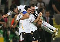 1:0 JubelTorschuetze Oliver Neuville, Miroslav Klose, oben Michael Ballack<br /> Fussball WM 2006 Deutschland - Polen<br /> Tyskland - Polen<br /> Norway only