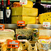 Variedad de quests en una vitrina de una tienda de Madrid. Variety of cheeses in a window of a shop in Madrid. Spain.