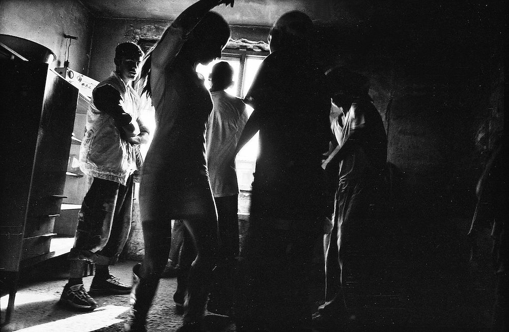 198 / Apartheid im Herzen Europas: EUROPA, SLOWAKEI, PRESOV, SVINIA, 01.09.2004: Eine junge Frau tanzt in der Roma Siedlung von Svinia. Die Slowakei ist seit 2004 Mitgliedsstaat der Europaeischen Union. Damit sind auch die etwa 600.000 in der Slowakei lebenden  Roma, die zehn Prozent der slowakischen Gesamtbevoelkerung ausmachen zu EU  Europaern geworden. Die Roma leben bereits seit dem 14. Jahrhundert auf slowakischen Gebiet, aber das Zusammenleben mit der slowakischen Bevoelkerung gestaltet sich nach apartheidaehnlichen Prinzipien. Eine rassistische Gesellschaftstrennung zieht sich von der Schule ueber den Arbeitsmarkt bis zur ghettoisierten Wohnsituation der Roma. Die slowakischen Roma leben isoliert von der slowakischen Bevoelkerung in den sogenannten Osadas (RomaSiedlungen) am Rand der Staedte und Doerfer, wo man  sie waehrend des Kommunismus versucht hat zwangsanzusiedeln. Die Mehrheit ist verarmt und lebt weit unterhalb des Existenzminimums. Sie leiden unter den taeglichen Folgen der Ausgrenzung und den Repressionen seitens der Bevoelkerung und des Staates.  Die in der Slowakei erschreckend große rechtsradikale Bewegung betreibt zudem seit Jahren eine rassistische Hetzjagd auf Roma, der schon zu viele Roma zum Opfer geworden sind.  Das Roma  Dorf Svinia gilt als Vorhoelle. Dort leben 700 Roma, die sogar von anderen Roma verachtet werden, weil sie als Hundeesser gelten. Der Ort ist in einen slowakischen und einen Zigeuner-Teil geteilt. Während der slowakische Teil sich als Weißes Svinia bezeichnet, ist Roma-Svinia von 100 prozent Arbeitslosigkeit und erschreckenden hygienischen und menschlichen Zustaenden gekennzeichnet. Drei Viertel der Bewohner von Svinia sind Jugendliche. - Marco del Pra / imagetrust - Stichworte: apartheid, Arbeitslosigkeit, arm, Armut, Ausgrenzung, black & white, child, dance, dancing, dark, discrimination, Diskriminierung, eastern slovakia, EU, Europa, Europaeische Union, europe, Existenzminimum, Gesellschaftstrennung, gypsy, half, Het