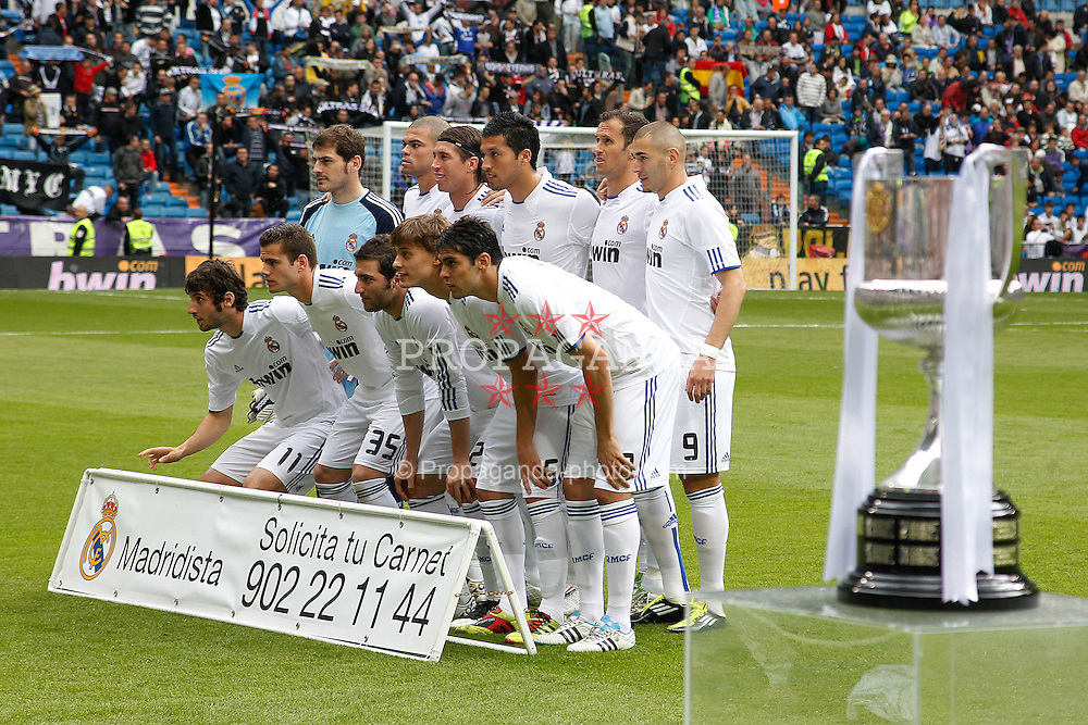 30.04.2011, Stadio santiago de Bernabeu, Madrid, ESP, Primera Division, Real Madrid vs Real Saragossa, im Bild Real Madrid's team photo and King's Cup Throphee during Spanish League match on April 30, 2011. EXPA Pictures © 2011, PhotoCredit: EXPA/ Alterphotos/ Cid Fuentes +++++ ATTENTION - OUT OF SPAIN / ESP +++++