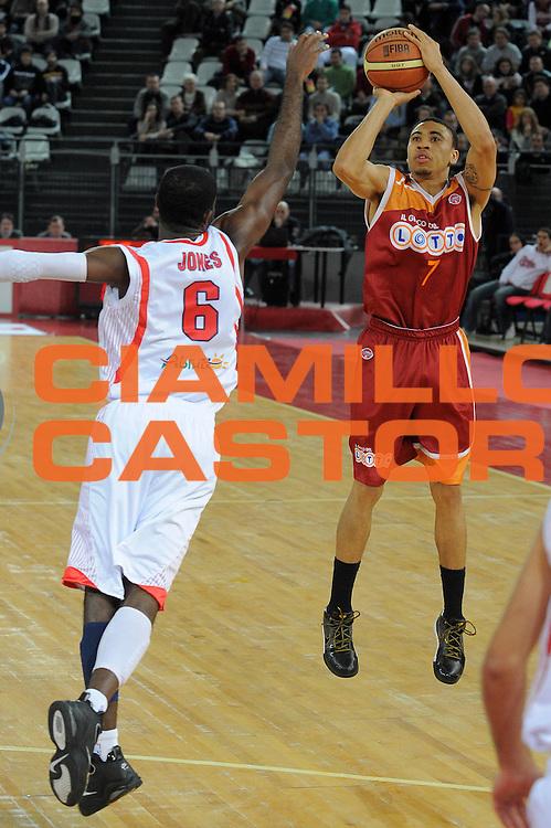 DESCRIZIONE : Roma Lega A 2009-10 Lottomatica Virtus Roma Banca Tercas Teramo <br /> GIOCATORE : Ibrahim Jaaber<br /> SQUADRA : Lottomatica Virtus Roma <br /> EVENTO : Campionato Lega A 2009-2010 <br /> GARA : Lottomatica Virtus Roma Banca Tercas Teramo<br /> DATA : 13/12/2009<br /> CATEGORIA : Tiro<br /> SPORT : Pallacanestro <br /> AUTORE : Agenzia Ciamillo-Castoria/G.Vannicelli<br /> Galleria : Lega Basket A 2009-2010 <br /> Fotonotizia : Roma Campionato Italiano Lega A 2009-2010 Lottomatica Virtus Roma Banca Tercas Teramo <br /> Predefinita :