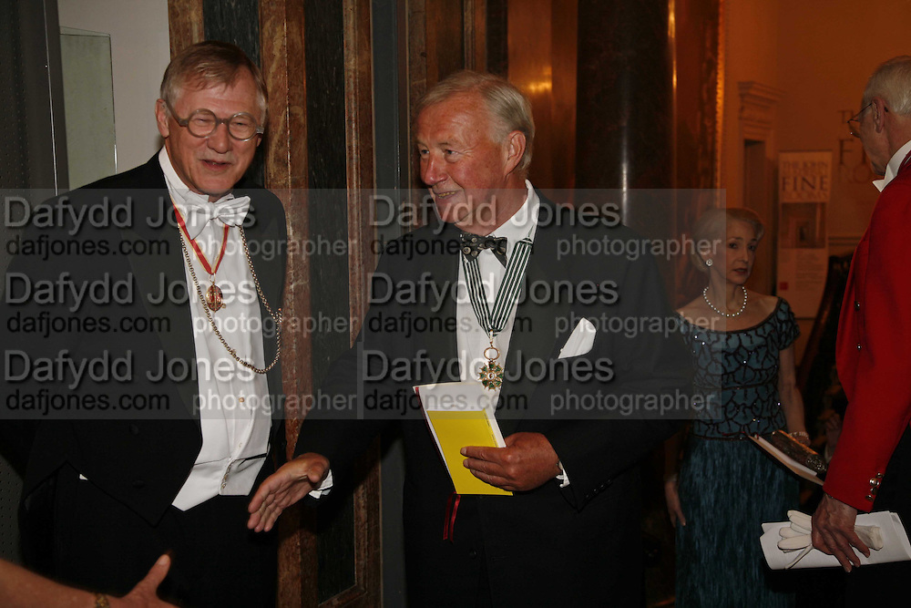 President of the Royal Academy Sir Nicholas Grimshaw and Sir Terence Conran. Royal Academy Annual dinner. Royal Academy, Piccadilly. 6 June 2006. ONE TIME USE ONLY - DO NOT ARCHIVE  © Copyright Photograph by Dafydd Jones 66 Stockwell Park Rd. London SW9 0DA Tel 020 7733 0108 www.dafjones.com