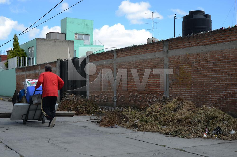 Toluca, México.- La calle de Manuel Dublan casi esquina con Antonio Salanueva, en la colonia Juárez, es dejado en las banquetas desperdicio de ramas impidiendo el paso peatonal a los vecinos de la zona. Agencia MVT / Arturo Hernández.