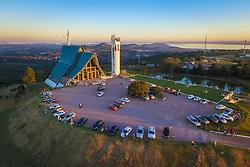O Santuário Arquidiocesano de Nossa Senhora Madre de Deus é um pequeno templo católico localizado no topo do morro Teresópolis, em Porto Alegre. O projeto para o edifício data de 1987, mas sua construção atrasou devido a preocupações de ordem ambiental, e sua pedra fundamental só pôde ser lançada em 16 de agosto de 1992, sendo consagrada pelo arcebispo de Colônia, o Cardeal Joachim Meisner. Foi concluído em junho de 2000, integrando-se às comemorações do Terceiro Milênio. FOTO: Jefferson Bernardes / Agência Preview