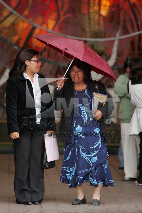 Toluca, Mex.- Un par de mujeres se protegen de la repentina lluvia que cayo en el Valle de Toluca. Agencia MVT / Javier Rodriguez. (DIGITAL)<br /> <br /> <br /> <br /> <br /> <br /> <br /> <br /> NO ARCHIVAR - NO ARCHIVE