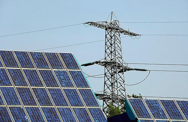 Nederland, Doetinchem, 25-4-2007..Zonnepanelen aan het kantoor van het waterschap. Het kantoorgebouw gebruikt stroom uit zonneenergie, zonne-energie, opgewekt uit 300 m2 zonnepanelen die voor de gevel zijn geplaatst...Achter het gebouw staat een hoogspanningsmast met elektriciteit uit een centrale...Foto: Flip Franssen/Hollandse Hoogte