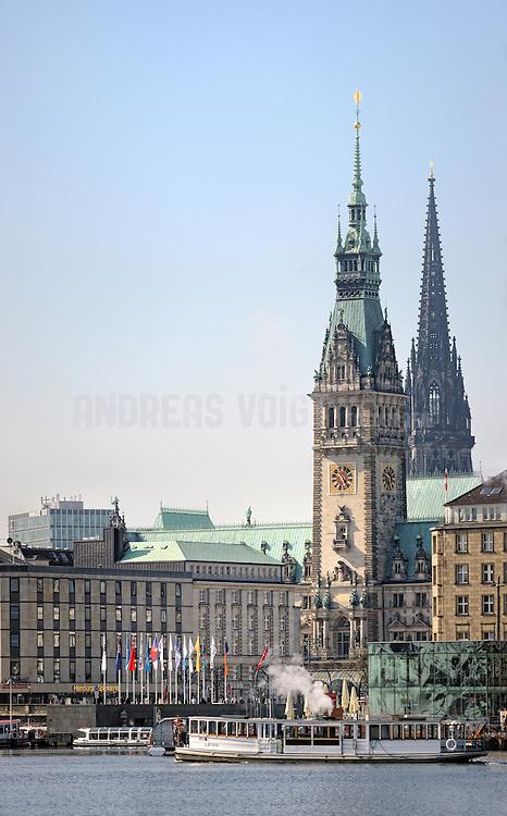 Alsterdampfer St. Georg auf der Binnenalster vor dem Jungfernstieg und Rathausturm