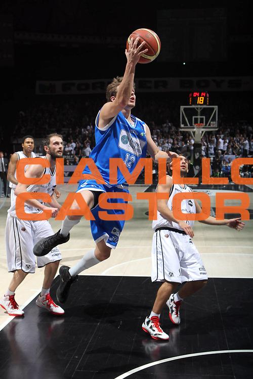 DESCRIZIONE : Bologna Lega A 2011-12 Canadian Solar Virtus Bologna Banco di Sardegna Sassari <br /> GIOCATORE :  Diener Travis<br /> CATEGORIA : tiro<br /> SQUADRA : Banco di Sardegna Sassari<br /> EVENTO : Campionato Lega A 2011-2012<br /> GARA : Canadian Solar Virtus Bologna Banco di Sardegna Sassari<br /> DATA : 04/12/2011<br /> SPORT : Pallacanestro <br /> AUTORE : Agenzia Ciamillo-Castoria/D.Vigni<br /> Galleria : Lega Basket A 2011-2012 <br /> Fotonotizia : Bologna Lega A 2011-12 Canadian Solar Virtus Bologna Banco di Sardegna Sassari<br /> Predefinita :