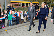 Prinses M&aacute;xima speelt een Cash Quiz met leerlingen van de Prinses Amaliaschool. De prinses bezoekt de school in het teken van de Week van het geld. Het doel van deze week is om basisschoolleerlingen te leren omgaan met geldzaken.<br />