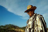 La temperatura es alta y el sol suele ser inclemente. Es común ver el uso de sombreros en hombre y pañuelotes en la cabeza llevado por mujeres guajiras.  Paraguaipoa, 09-01-2001 (Ramón Lepage / Orinoquiaphoto)    Los Filudos, a Guajiro indigenous market near the Venezuelan - Colombian border on the Guajira . Paraguaipoa (Ramón Lepage / Orinoquiaphoto)