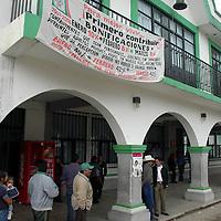 Jiquipilco, Méx.- Habitantes del municipio de Jiquipilco, tomaron por una horas el palacio municipal  ya que han pedido al edil Pablo Dávila, les realice  obras de pavimentacion en comunidades de la zona y hasta ahorita no habian tenido respuesta; luego de un acuerdo con autoridades y ayuntamiento, se volvieron a abrir los accesos . Agencia MVT / Hernan Vázquez E. (DIGITAL)<br /> <br /> NO ARCHIVAR - NO ARCHIVE