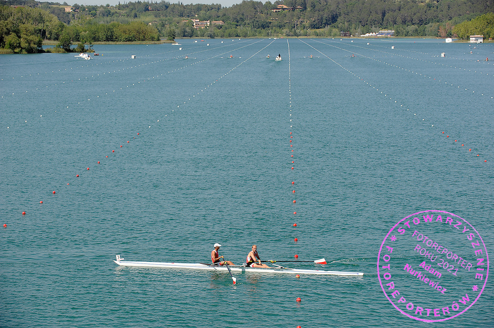 (L) LUKASZ KARDAS & (R) DAWID PACZES (BOTH POLAND) COMPETE AT MEN'S PAIR REPECHAGE HEAT DURING DAY 1 FISA ROWING WORLD CUP ON ESTANY LAKE IN BANYOLES, SPAIN...BANYOLES , SPAIN , MAY 29, 2009..( PHOTO BY ADAM NURKIEWICZ / MEDIASPORT )..PICTURE ALSO AVAIBLE IN RAW OR TIFF FORMAT ON SPECIAL REQUEST.