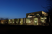 24 MAR 2003, BERLIN/GERMANY:<br /> Bundeskanzleramt, Suedseite bei Sonnenuntergang<br /> Chancellory, seat of the Federal Chancellor of Germany, at sunset<br /> IMAGE: 20030324-04-018<br /> KEYWORDS: Kanzleramt