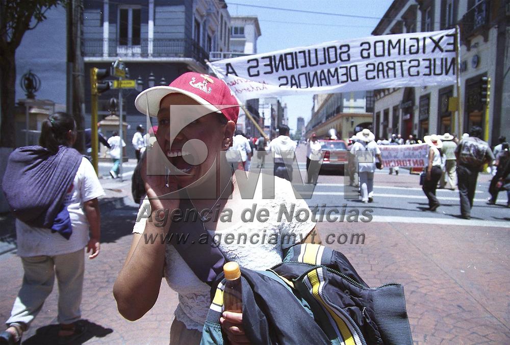 Toluca, M&eacute;x.- Decenas de Antorchistas de San Pablo, San Cristobal y San Andres, marcharon por las calles de la ciudad de Toluca para exigir al Ayuntamiento, cumpla con las obras prometidas. Agencia MVT / H. Vazquez E. (FILM)<br /> <br /> NO ARCHIVAR - NO ARCHIVE