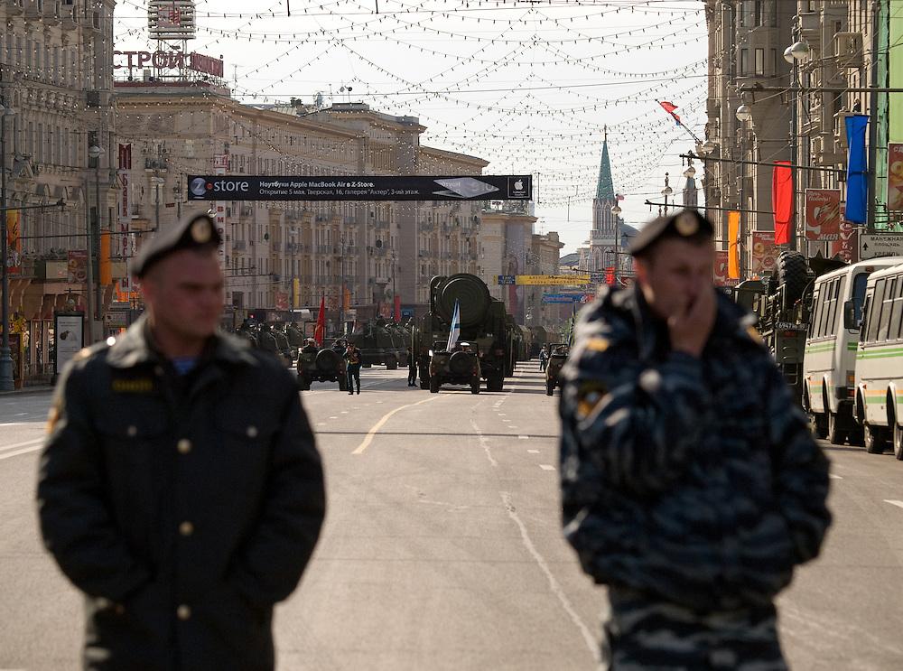 Die von der russischen Spezialeinheit OMON (OMOH)  abgesperrte Prachtstra&szlig;e Twerskaja vor dem Beginn der gr&ouml;&szlig;ten Milit&auml;rparade in Ru&szlig;land seit Ende der Sowjetunion 1991 (9.Mai 2008).<br /> <br /> Street blocked by the Russian Special Purpose Police Squad OMON shortly before the Victory Day parade started (took place the 9th of May 2008) which showcased military hardware for the first time since the Soviet collapse.