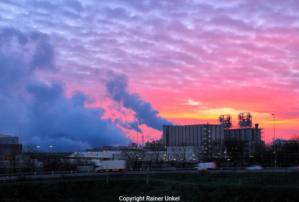 DEU , DEUTSCHLAND : Das Werk Wesseling von Lyondellbasell.    DEU , GERMANY : The Wesseling factory of Lyondellbasell .   13.12.2010.   Copyright by : Rainer UNKEL , Tel.: (0)171/5457756