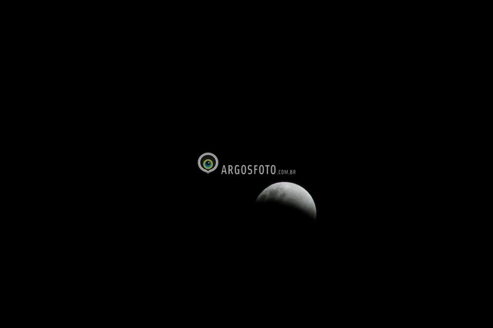Um eclipse lunar eh um fenomeno celeste que ocorre quando a Lua penetra totalmente ou parcialmente o cone de sombra projetado pela Terra, em geral sendo visivel a olho nu. Isto ocorre sempre que o Sol, a Terra e a Lua se encontram proximos ou em perfeito alinhamento, estando a Terra no meio destes outros dois corpos.Por isso o eclipse lunar so pode ocorrer quando coincidem a fase de Lua cheia e a passagem dela pelo seu nodo orbital. Este ultimo evento tambem eh responsavel pelo tipo e duracao do eclipse. / A lunar eclipse occurs whenever the Moon passes through some portion of the Earth's shadow. This can occur only when the Sun, Earth, and Moon are aligned exactly, or very closely so, with the Earth in the middle. Hence, there is always a full moon the night of a lunar eclipse. The type and length of an eclipse depend upon the Moon's location relative to its orbital nodes.