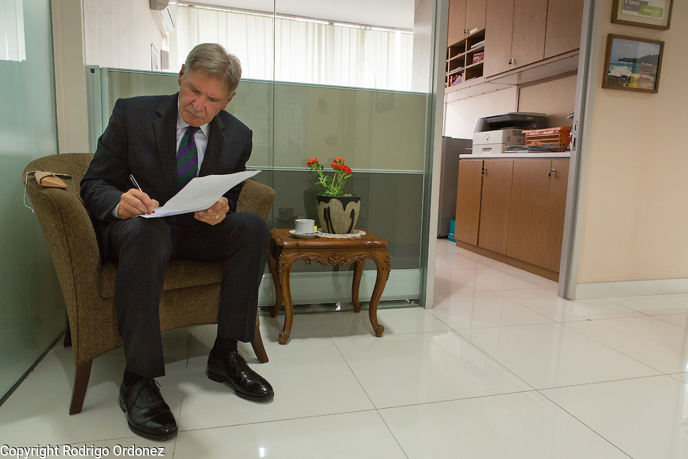 Actor and environmental activist Harrison Ford reviews his notes before his meeting with the President of Indonesia, Susilo Bambang Yudhoyono. <br /> Harrison Ford visited Indonesia to learn more about deforestation, as one of the correspondents for Showtime's new documentary series about climate change Years of Living Dangerously.