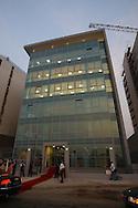 Aspecto geral do novo edificio sede do banco português Caixa Totta, situado na nova marginal da Praia do Bispo em Luanda.