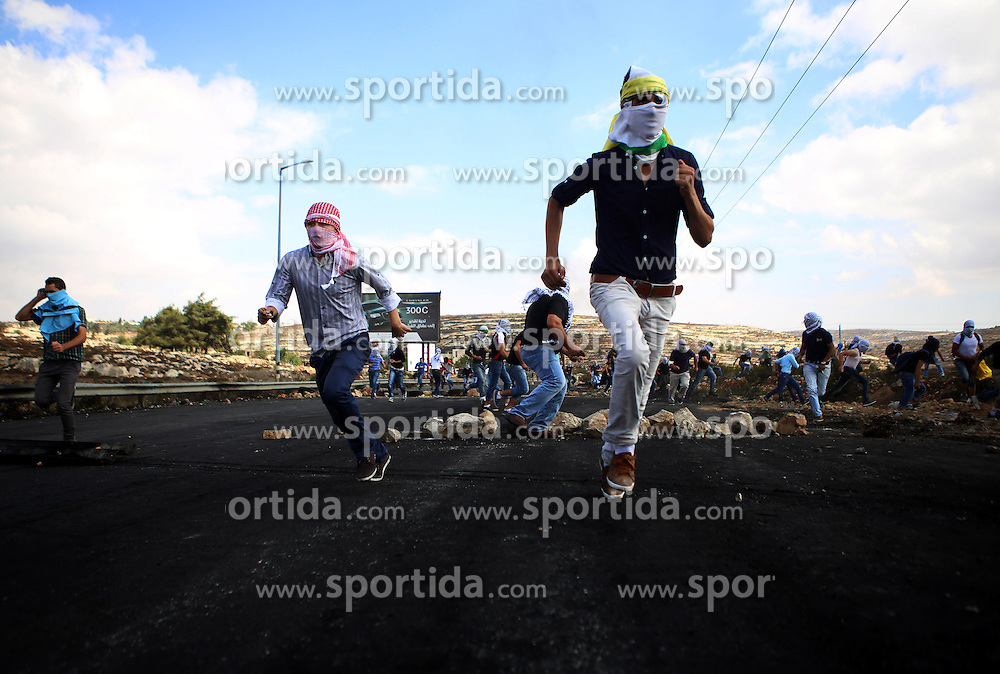 10.10.2015, Ramallah, PSE, Gewalt zwischen Pal&auml;stinensern und Israelis, im Bild Zusammenst&ouml;sse zwischen Pal&auml;stinensischen Demonstranten und Israelischen Sicherheitskr&auml;fte // Palestinian protesters run to take cover during clashes with Israeli security forces in Beit El on the outskirts of the West Bank city of Ramallah, on October 10, 2015. Fifteen Palestinians have been killed by Israeli forces and around 1,000 injured with live and rubber-coated steel bullets in the occupied West Bank and Gaza Strip since Oct. 1, Palestine on 2015/10/10. EXPA Pictures &copy; 2015, PhotoCredit: EXPA/ APAimages/ Shadi Hatem<br /> <br /> *****ATTENTION - for AUT, GER, SUI, ITA, POL, CRO, SRB only*****