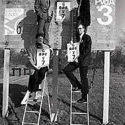 NLD/Huizen/19900223 - Ophangen 1e affiche GPV-RPF verkiezingen Lelylaan Huizen