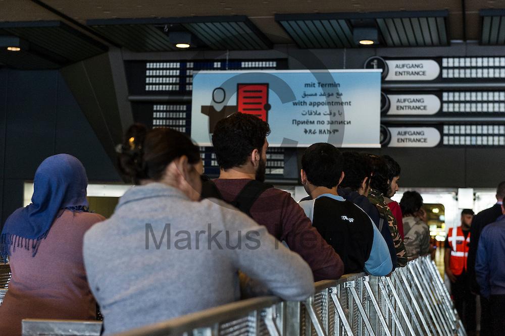 am 20.05.2016 in dem durch das LaGeSo Vor&uuml;bergehend genutzte ICC in Berlin, Deutschland. Ab heute nutzt das LaGeSo bis mindestens Herbst das ICC als tempor&auml;ren Standort nutzen, um dort Anliegen von Gefl&uuml;chteten entgegenzunehmen und zu bearbeiten.Foto: Markus Heine / heineimaging<br /> <br /> ------------------------------<br /> <br /> Ver&ouml;ffentlichung nur mit Fotografennennung, sowie gegen Honorar und Belegexemplar.<br /> <br /> Bankverbindung:<br /> IBAN: DE65660908000004437497<br /> BIC CODE: GENODE61BBB<br /> Badische Beamten Bank Karlsruhe<br /> <br /> USt-IdNr: DE291853306<br /> <br /> Please note:<br /> All rights reserved! Don't publish without copyright!<br /> <br /> Stand: 05.2016<br /> <br /> ------------------------------
