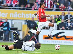 31.10.2010, Bruchwegstadion, Mainz, GER, 1. FBL, FSV Mainz 05 vs BVB Borussia Dortmund, im Bild Roman Weidenfeller (Dortmund #1) und Felix BORJA (Mainz ECU #9), EXPA Pictures © 2010, PhotoCredit: EXPA/ nph/  Roth+++++ ATTENTION - OUT OF GER +++++