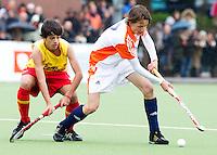 AERDENHOUT - 09-04-2012 - Jente van Deursen aan de bal, maandag tijdens de finale tussen Nederland Jongens B en Spanje Jongens B  (3-1) , tijdens het Volvo 4-Nations Tournament op de velden van Rood-Wit in Aerdenhout. Jongens U16 wordt kampioen.FOTO KOEN SUYK