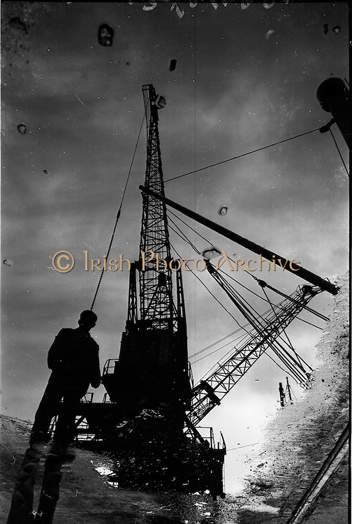 25/06/1963<br /> 06/25/1963<br /> 25 June 1963<br /> View of crane on the docks at at Dublin Port, North Wall?