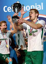 11-04-2015 NED: PKC SWKgroep - TOP Quoratio, Rotterdam<br /> Korfbal Leaguefinale in een volgepakt Ahoy wordt gewonnen door PKC met 22-21 /  PKC viert feest met Johannis Schot