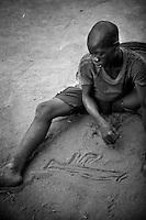 Many children have been traumatized. Psychological support is an inaccessible luxury in the bush. ..Right in the heart of Africa, surrounded by Chad, Sudan and the Democratic Republic of Congo is the Central African Republic (CAR). In line with its neighbours this country is ravaged by internal conflicts. Several rebel groups are engaged in a permanent war with the government. Army and militias have burnt down thousands of villages. The population fled into the bush where an estimated 100,000 still live. ..The Central African Republic has many Internally Displaced People (IDP's). Nobody knows how many. It is almost impossible to register them. There is only one IDP camp in a country the size of Texas. Many crossed the border to Chad, but the majority lives spread out in the bush. Whole communities live in small huts trying to hide amongst the barren trees. Small patches of land are cultivated but don't produce enough to feed the population. The main crop is Cassava. The shortage of food and the unbalanced diet result in children with swollen belies, malnourished babies and a rate of death amongst children under the age of five which, at 167 out of 1000, is one of the highest in the world. ..---..Veel kinderen hebben trauma's van het constante geweld om hen heen. Er is echter geen hulp voor hen beschikbaar...Omringd door Chad, Darfur en de Democratische Republiek Congo ligt de Centraal Afrikaanse Republiek. In lijn met de buren wordt ook dit land verscheurd door interne conflicten. Verschillende rebellengroepen zijn in een permanente oorlog met de regering verwikkeld. Duizenden dorpen zijn door, vooral het leger, maar ook door andere milities afgebrand. De bevolking is gevlucht..Het enige verschil is dat de wereld hier niet in gei?nteresseerd lijkt. Het is een van de armste landen ter wereld, de economie ligt al decennia op zijn gat en zelfs de meeste hulporganisaties lopen met een grote boog om het land heen. ..De Centraal Afrikaanse Republiek (CAR) telt een hoog aa