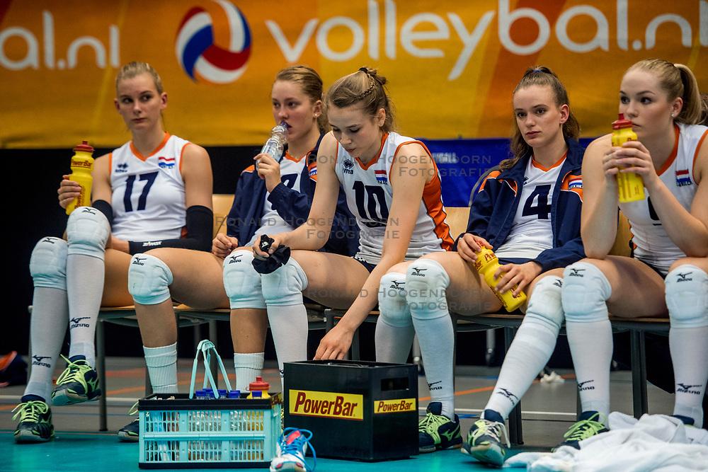 08-04-2017 NED:  CEV U18 Europees Kampioenschap vrouwen dag 6, Arnhem<br /> Sloveni&euml; - Nederland 3-1 - Nederland verliest van Sloveni&euml; en daarmee verliezen ze ook deelname aan het WK / Indy Baijens #17, Demi Korevaar #7, Sarah van Aalen #10, Dagmar Boom #4, Charlot Vellener #9