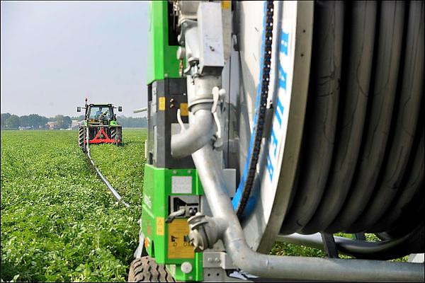 Nederland, Ottersum, 12-8-2015 Boeren laten hun land  beregenen door een loonbedrijf, loonwerkersbedrijf, vanwege de langdurige, aanhoudende droogte. Foto: Flip Franssen/Hollandse Hoogte