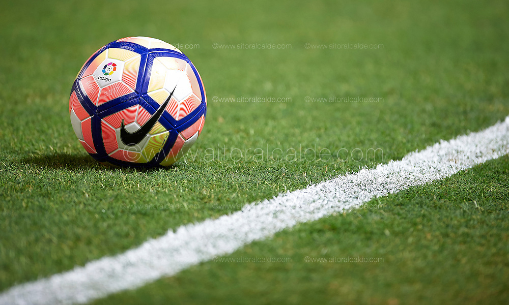 SEVILLE, SPAIN - SEPTEMBER 20:  Detail of the ball during the match between Sevilla FC vs Real Betis Balompie as part of La Liga at Estadio Ramon Sanchez Pizjuan on September 20, 2016 in Seville, Spain.  (Photo by Aitor Alcalde Colomer/Getty Images)