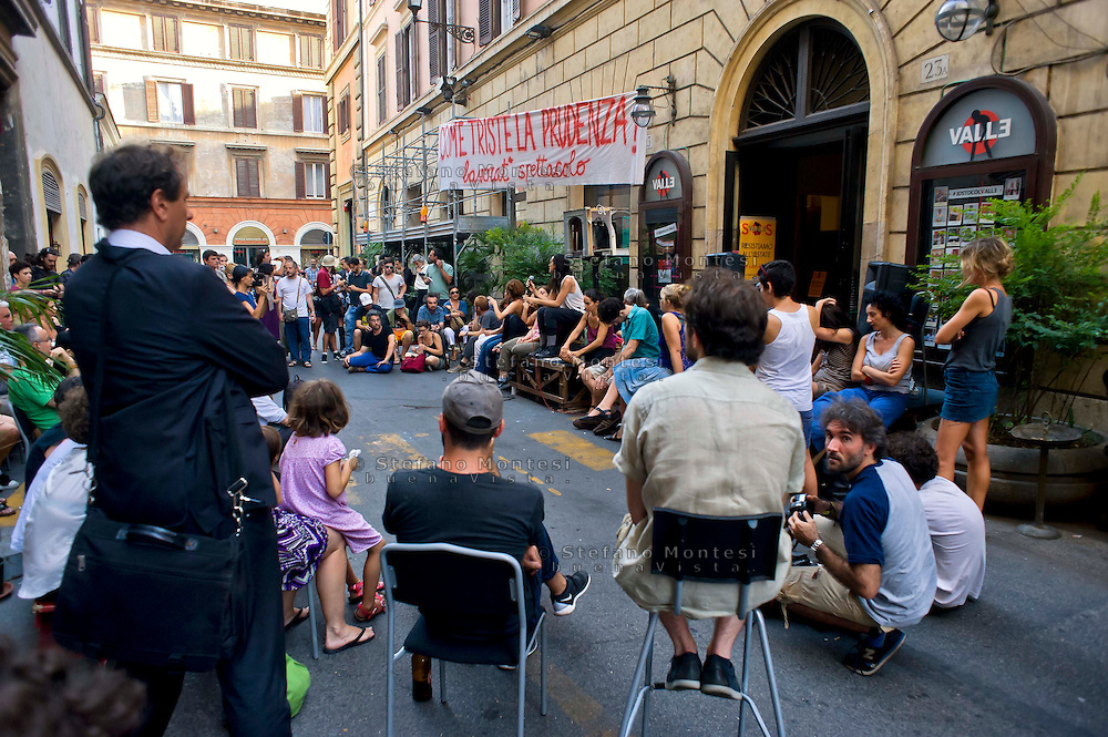 Roma 11 Agosto 2014.<br /> Gli occupanti del Teatro Valle nel giorno della riconsegna dello stabile al Comune di Roma.<br /> La Fondazione Teatro Valle Bene Comune, i suoi artisti e le sue maestranze in assemblea  per la strada davanti al teatro.<br /> Rome August 11, 2014. <br /> The occupants of the Teatro Valle in the day of delivery of the building to the City of Rome. <br /> The Fondazione Teatro Valle Common Good, its artists and its workers in  assembly  in the street in front of the theater