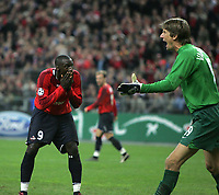 Photo: Lee Earle.<br /> Lille v Manchester Utd. UEFA Champions League.<br /> 02/11/2005. United keeper Edwin Van Der Sar shouts at his defence as Lille's Matt Moussilou (L) goes close to making it 2-0.