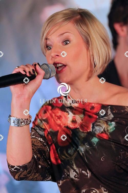 VOLENDAM - In Hotel Spaander presenteerde Mon Amour hun nieuwe CD. Met op de foto Linda Schilder, zangeres. FOTO LEVIN DEN BOER - PERSFOTO.NU
