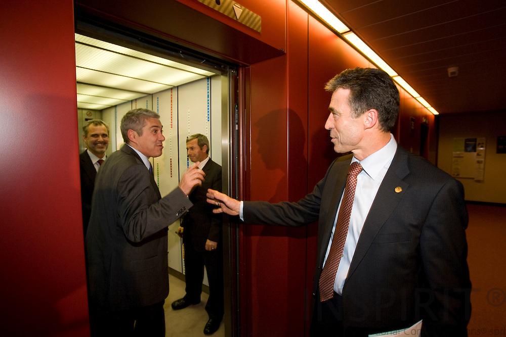 BRUSSELS - BELGIUM - 11 DECEMBER 2008 -- EU Summit under the French Presidency -- Statsminister Anders Fogh RASMUSSEN hilser af med sin portugisiske kollega Jose SOCRATES i elevatoren på slutningen af topmoedets foerstedag.  Photo: Erik Luntang