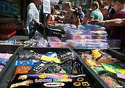 Nederland, Nijmegen, 31-5-2014Loom bands, rubber ringetjes waarmee je een persoonlijke, unieke, armband kunt maken, is erg populair onder jongeren. Hier op de markt kunnen veel kleuren en varianten bij een marktkraam gekocht worden.From humble beginnings, Rainbow Loom, a kit to make bracelets out of rubber bands, has skyrocketed in popularity.Foto: Flip Franssen/Hollandse Hoogte