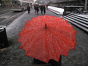Umbrellas USA New York Winter Schnee Regenschirm Schirm Wetter Regenwetter Schneematsch QF; From the series Umbrellas WerbungPR Sacharchiv.