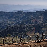 HSSU 20150409 TNLA kapinallisryhmä Shanin osavaltiossa, Myanmar. Sotilaat marssivat päiväkausia ja etsivät uusia viljelmiä. Kuva: Benjamin Suomela