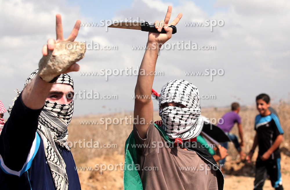 09.10.2015, Gaza city, PSE, Gewalt zwischen Pal&auml;stinensern und Israelis, im Bild Zusammenst&ouml;sse zwischen Pal&auml;stinensischen Demonstranten und Israelischen Sicherheitskr&auml;fte // A Palestinian proteser holds a knife during clashes with Israeli security forces near the border fence between Israel and the Gaza Strip on October 9, 2015 east of Gaza City. Tension and protests rose after an Israeli man on 09 October stabbed four Palestinians in southern Israel, in what is being seen as a revenge attack, officials said. On 08 October several violent incidents happened, including stabbings which left eight Israelis injured, one Palestinian was killed in East Jerusalem and six in the Gaza Strip in clashes with the army while at least six were injured on the West Bank, Palestine on 2015/10/09. EXPA Pictures &copy; 2015, PhotoCredit: EXPA/ APAimages/ Ashraf Amra<br /> <br /> *****ATTENTION - for AUT, GER, SUI, ITA, POL, CRO, SRB only*****